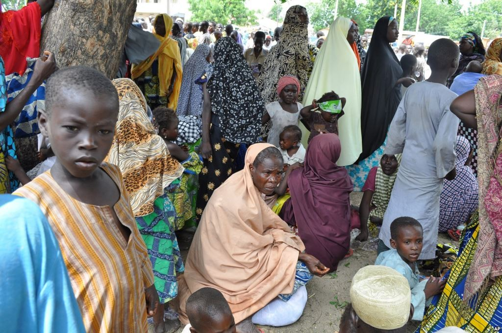 Refugees fleeing Boko Haram attacks on the town of Bama take shelter at a school in Maiduguri, Nigeria, Sept. 3, 2014. (photo credit VOANews.com)